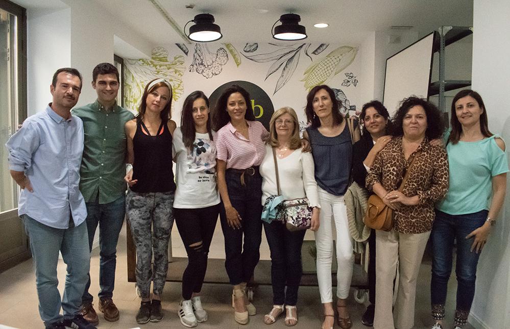 Patricia Pérez junto con algunos de los asistentes al evento.