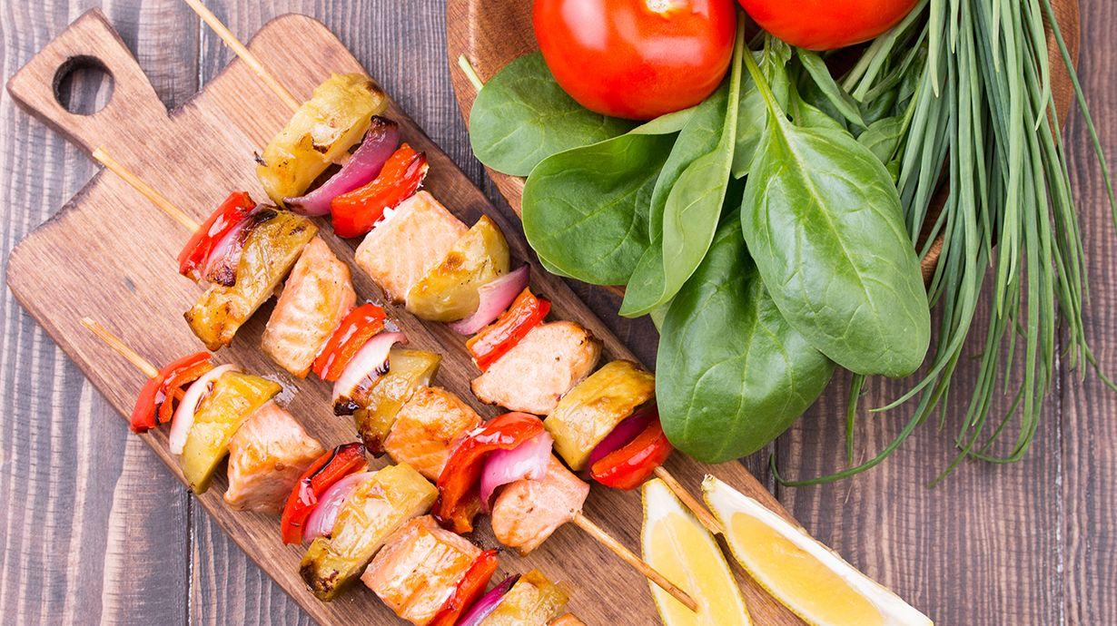 Receta saludable de San Valentín: brochetas de salmón con verduras